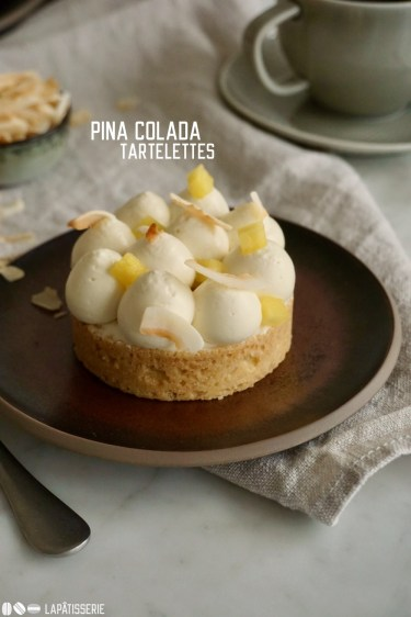 Exotische Tartelettes mit einer luftig aufgeschlagenen Kokosmousse, fruchtigem Ananaskompott und einem Schuss Rum.