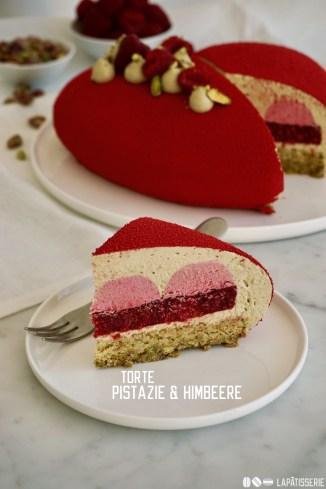 Eine samtige rote Herztorte für die Liebsten mit Pistazie und Himbeere, auch perfekt zum Valentinstag!