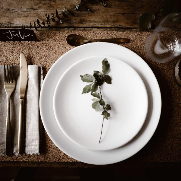 décoration de table mariage avec assiette blanche et couvert doré