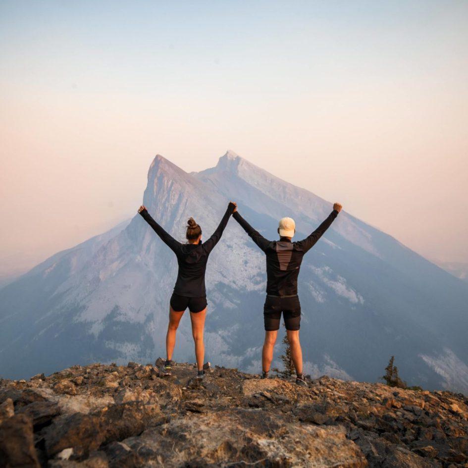 Couple arrivés au sommet d'une montagne