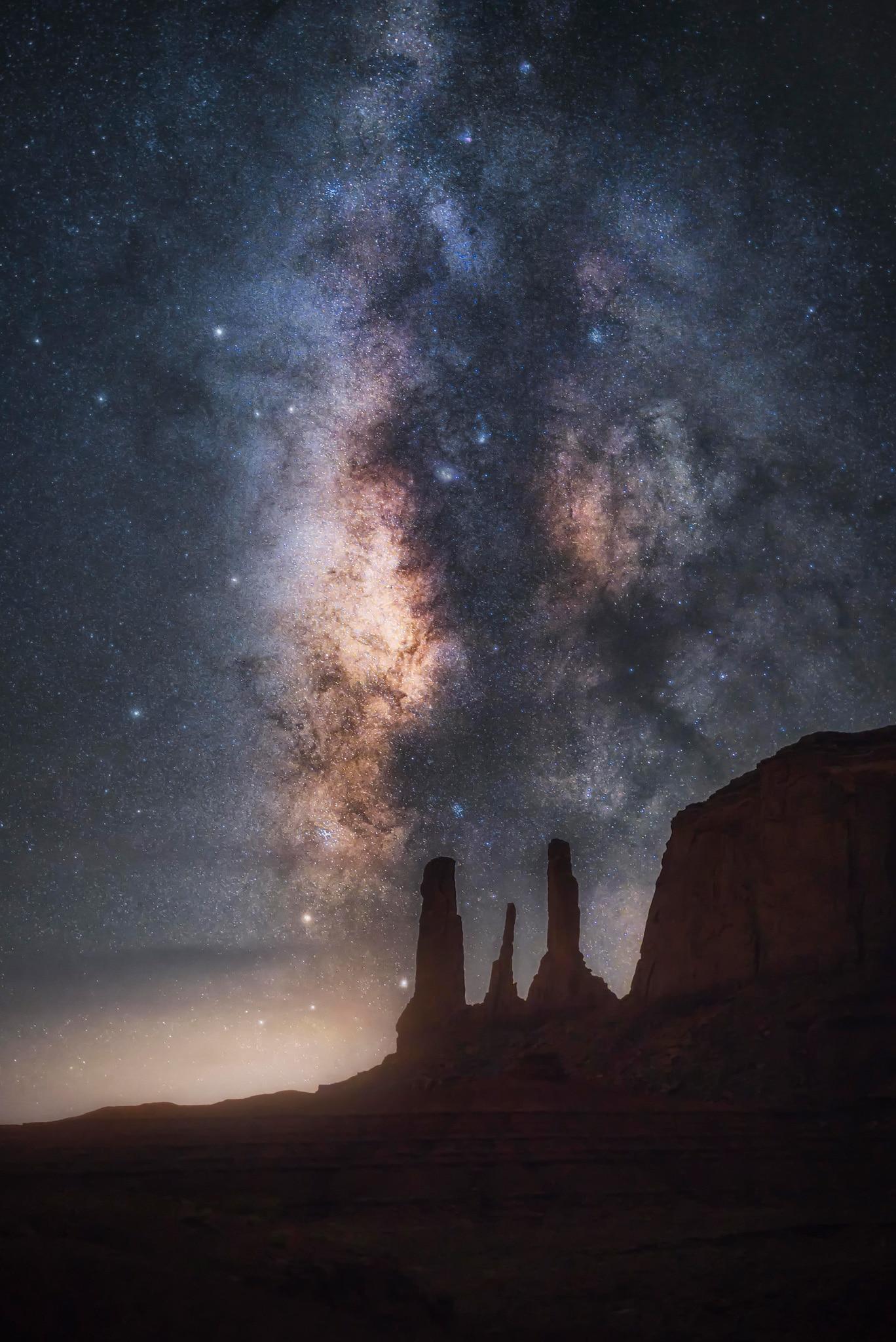 """Astrophotographie Monument Valley - Image illustrant l'article """"Astrophotographie : comment photographier les étoiles ?"""" - Apprendre la photo avec le blog La Photo clic par clic"""