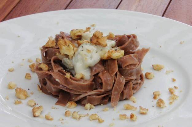 tagliatelle al cacao con nueces y salsa de gorgonzola