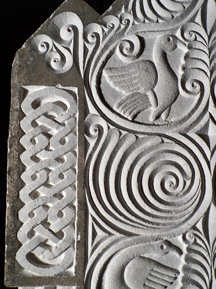 Entrelacs en relief et détails de motifs floraux gravés et d'oiseaux en bas-relief sur le côté d'un pupître à icônes