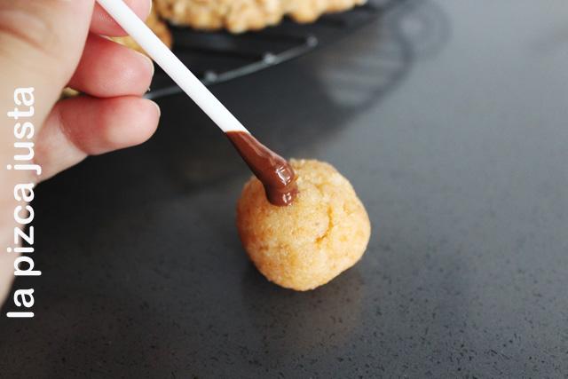Clavar el palo con chocolate en la bola de bizcocho