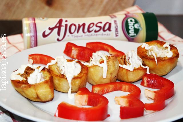 Montaje del plato central con patata a la salsa Ajonesa