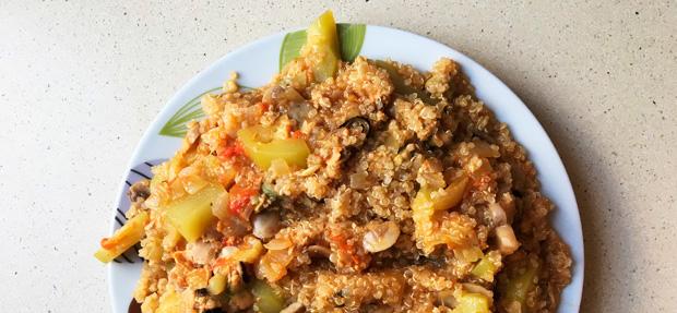 ración completa del plato de quinoa con mejillones y verduras al escabeche