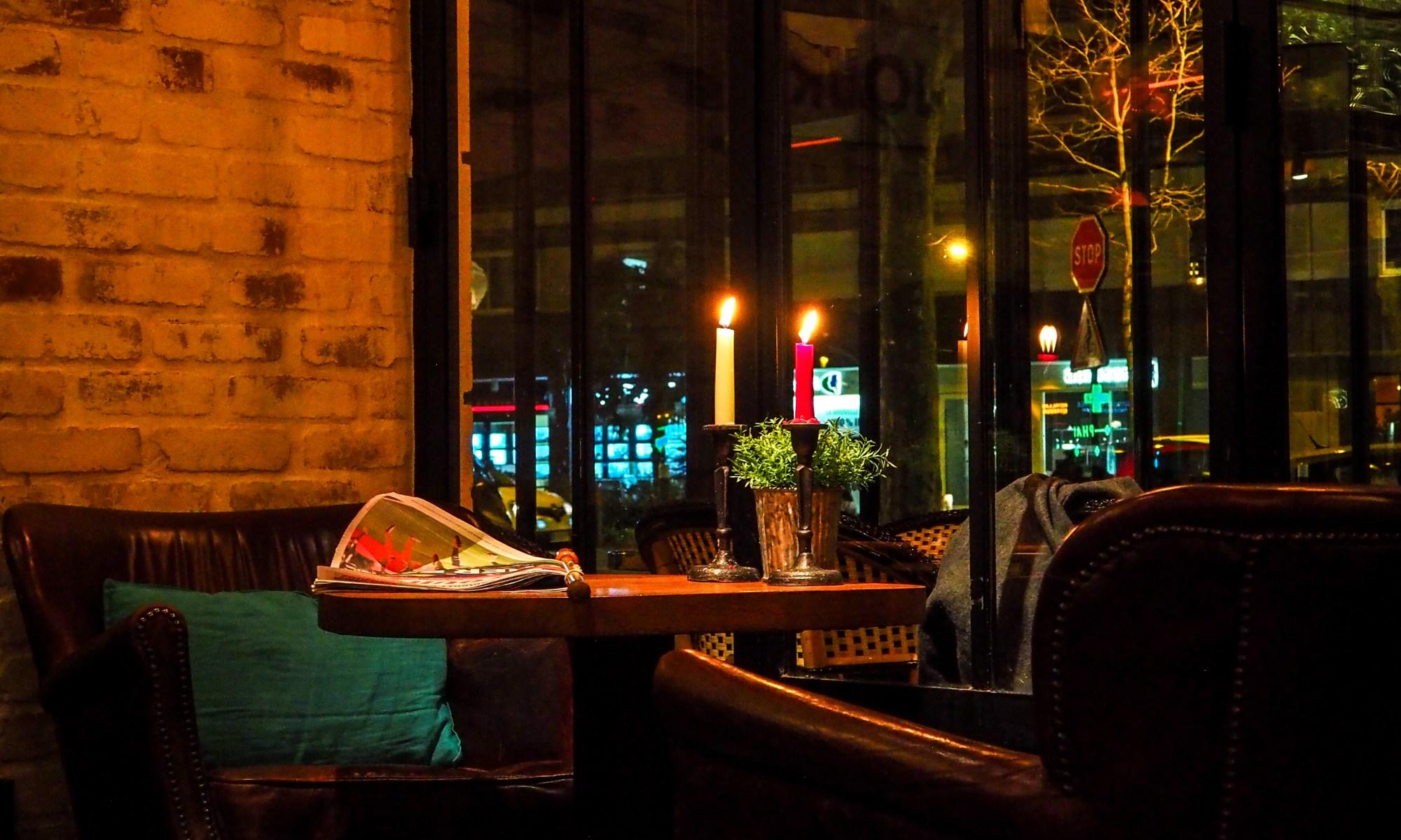 Table, fauteuils, bougies, bar, restaurant, La Place, Neuilly