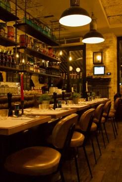 Tables dressées, chaises, salle de restaurant, La Place, Neuilly