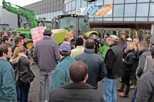 Manifestation des agriculteurs devant le Lerclerc