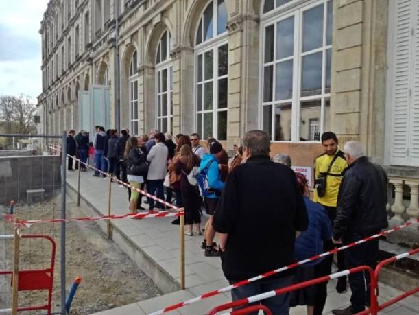 Une longue file d'attente s'était créée vers midi à Vittel.