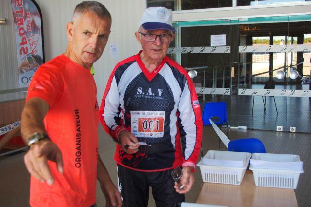 Le doyen de la course au départ (Jacques Beguinot, 81 ans).