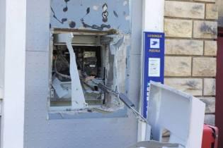 Le distributeur de billets de banque a été arraché du mur.
