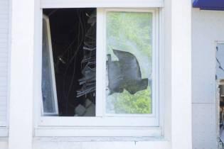 Les vitres du rez-de-chaussé ont volé en éclat avec la déflagration.