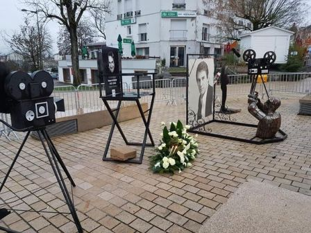 Square Robert Hossein où un hommage a été rendu par le dépôt d'une gerbe de fleur.