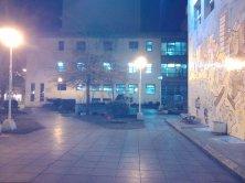 Noche fría, plazoleta desolada