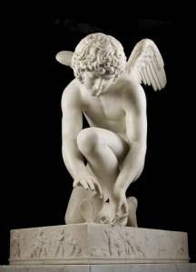 Antoine-Denis Chaudet (1763-1810) L'amour, dit aussi, L'amour prenant un papillon, 1817, marbre ©musée du Louvre, Paris