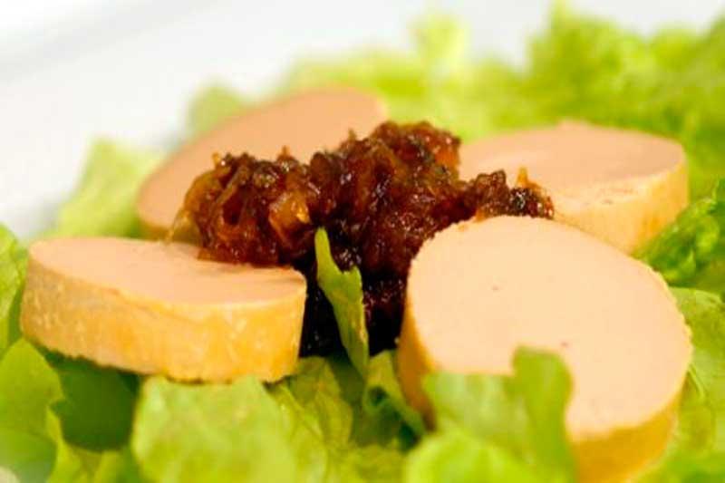 foie de pato en plato con cebolla caramelizada