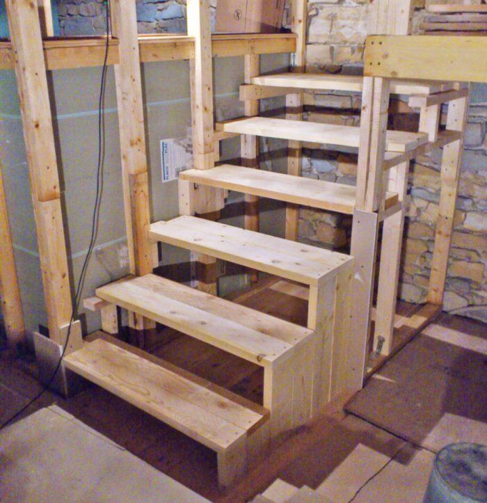 Escalier en bois avec structure cachée dans la cloison