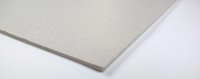 Un carton dense gris comme une planche de découpe au cutter