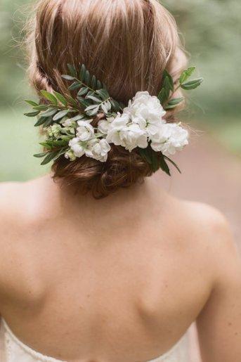 Chignon-fleuri-coiffure-de-mariee