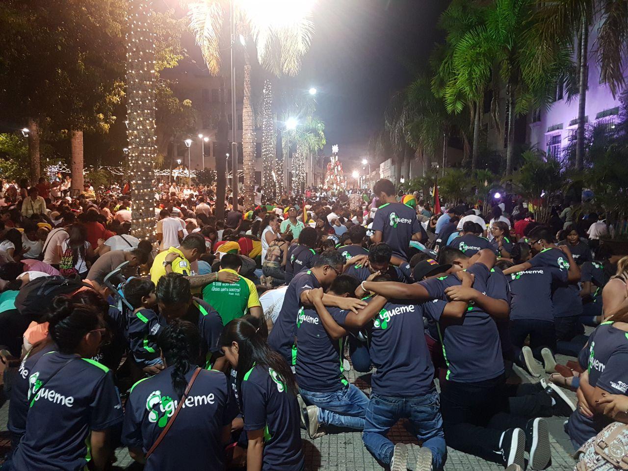 Personas de ANDEB Asociación Nacional de Evangélicos de Bolivia orando.