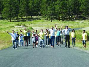 Grupos formados por hispanos, tienen la oportunidad de convivir con la naturaleza en los parques nacionales de Colorado, gracias al trabajo de la fundación.presente en el Museo de Arte de Denver.