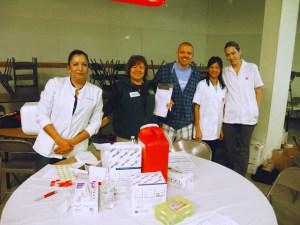 Linda Sosa con el equipo de Walgreens, que por cinco años seguidos han hecho posible este recurso para las personas de la Iglesia San Cayetano.