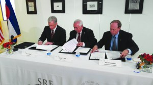 John Walsh, Carlos J. Bello y John W. Suthers, durante la firma de Memorándum de Entendimiento.