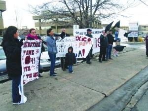 Miembros del grupo Colorado sin Fronteras se reunieron frente al Consulado General de México en Denver, aprovechando la visita del Presidente Peña Nieto a Washington DC, para protestar y recordar que ya van 102 días sin conocer detalles de los desaparecidos de Ayotzinapa.