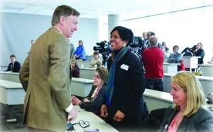 El Gobernador Hickenlooper conversando con la Dra. Jandel Allen-Davis MD. de Kaiser Permanente.