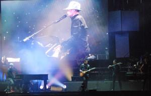 En medio de gritos de los fans Camila abrió el concierto. (Fotos de Tomás Menchaca).