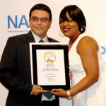 Iván Cruz de Abasto Magazine recibiendo el premio entregado por Tamara.