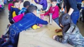 Niños inmigrantes de distintas razas juegan durante el almuerzo en escuela de Denver.