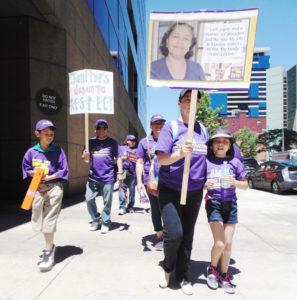 Apoyados por sus familias, los trabajadores por la madrugada se encargan de limpiar oficinas, aprovecharon la luz del día para manifestarse y crear conciencia de su trabajo.
