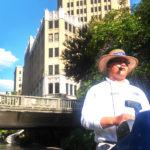 El guía y chofer del Riverboat.