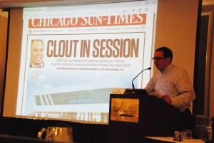 """Dan Mihalopoulos, un periodista de investigación para el Chicago Sun-Times quien llevó a cabo la investigación de las escuelas Chárter """"UNO"""" en Chicago."""