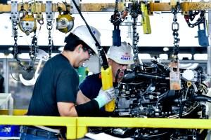 El trabajo humano, clave para el éxito en la manufacturación de las camionetas de la empresa Toyota.