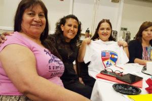 Apoyando a la comunidad en momentos difíciles… Jeanette Vizguerra y América Carbajal –al centro- dando soporte a Juanita. (Foto cortesía a La Prensa de Colorado)