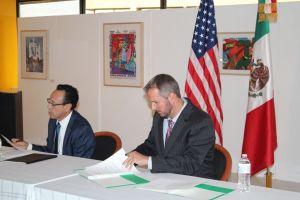 El Cónsul Adjunto Jeremías Guzmán Barrera y Charles Frasier, del Departamento del Trabajo de Denver, durante la firma del documento.