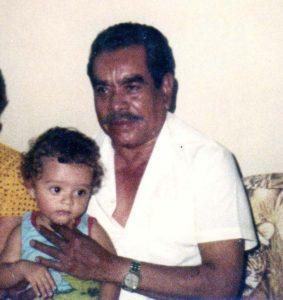 Edgar y su abuelo Mateo, hijo menor del General Zapata. (Foto cortesía Edgar R. Zapata).