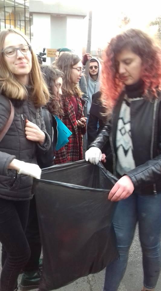 Nuk ishte parë e dëgjuar asnjëherë/ Ja çfarë bën studentët pas protestës së sotme-Foto