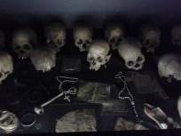 Calaveras y objetos personales de las víctimas