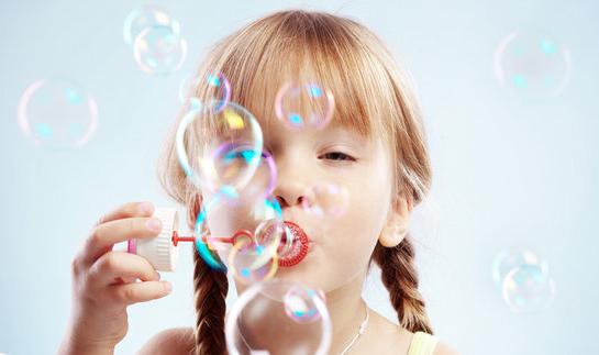 bambina-bimba-bolle-di-sapone-gioco