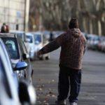 Parcheggiatore abusivo pesta e scappa. Colleziona altre denunce