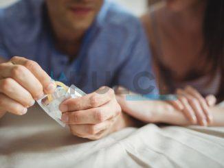 amore coppia preservativo condom profilattico
