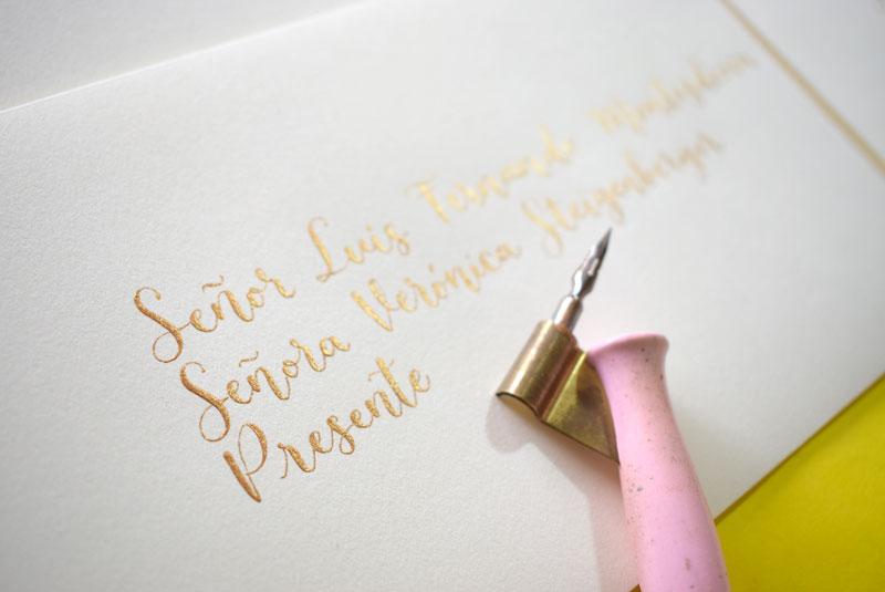 sobre blanco con caligrafía