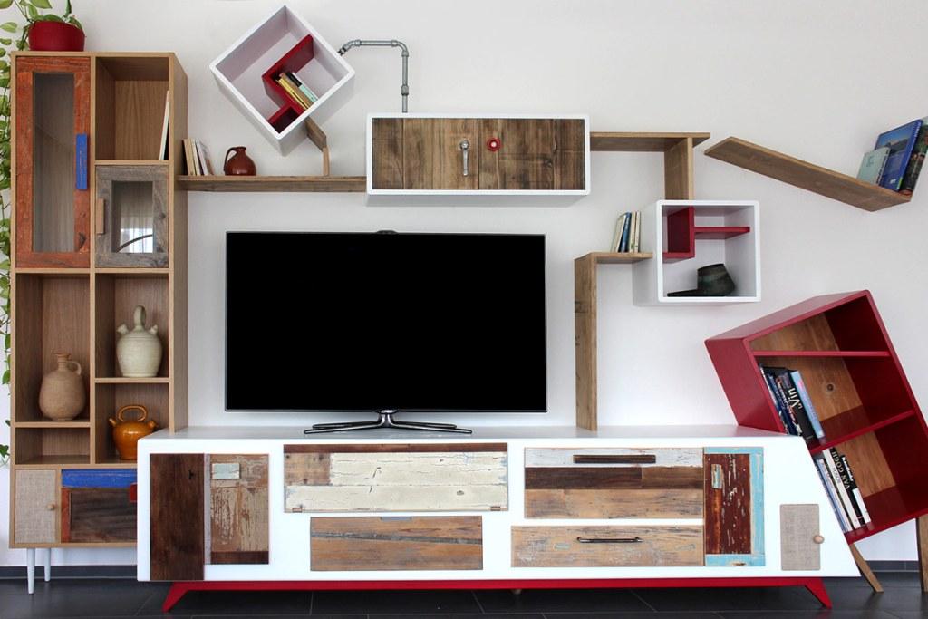 Parete attrezzata e mobile per la tv su misura, zona living moderna. Materiali legno di recupero, legno massello e laccatura biuanca e rossa
