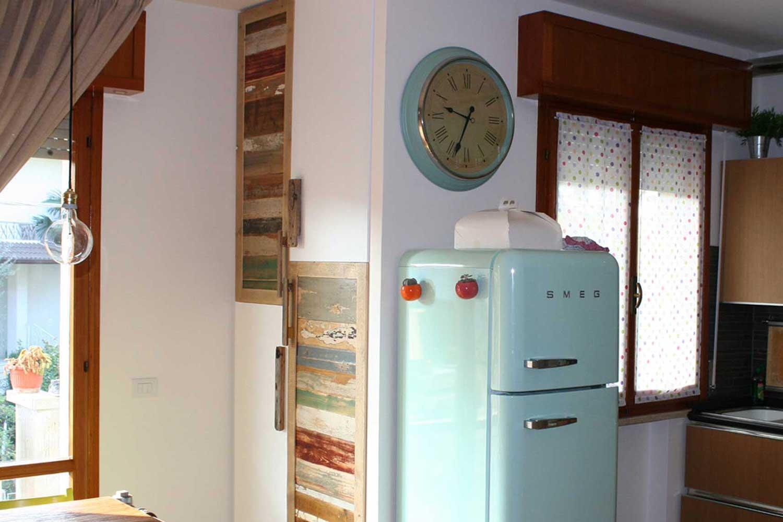 armadio a muro in legno di recupero