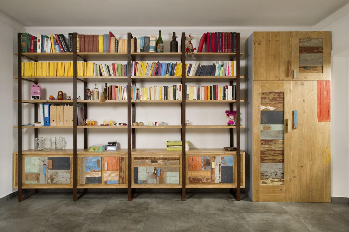 libreria in ferro e legno stile industrial e legno di recupero colorato