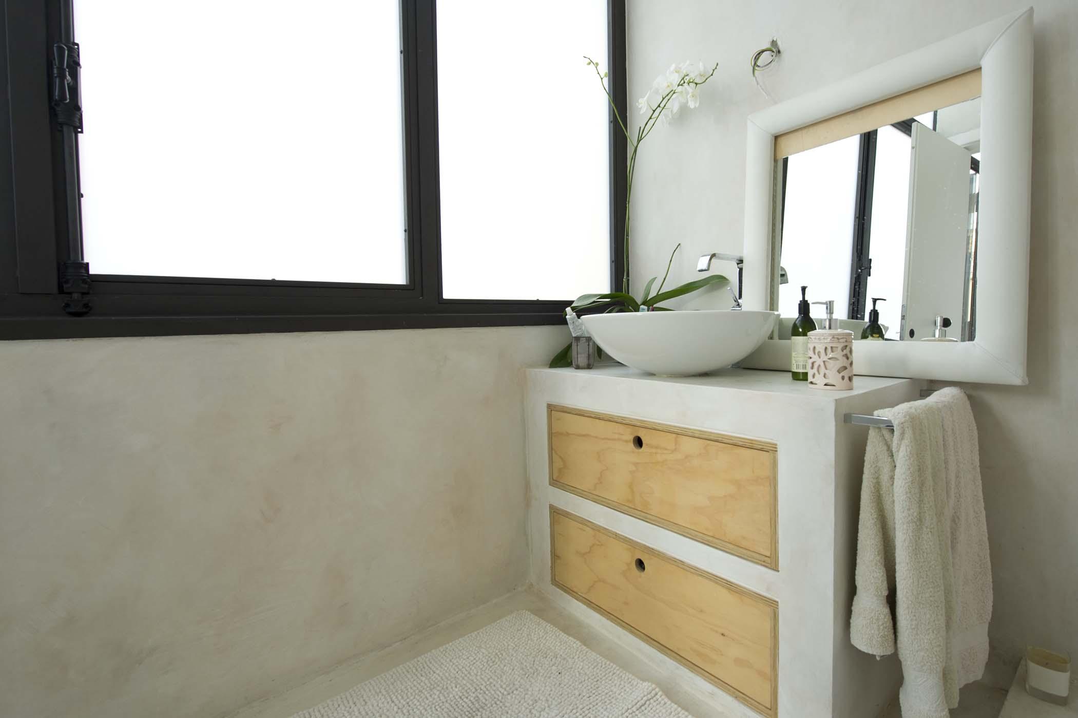 Mobile bagno in legno su misura con cassetti e copertura in resina grigio